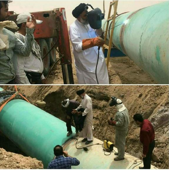 امام جمعه خرمشهر در حال جوشکاری لوله انتقال آب به خرمشهر