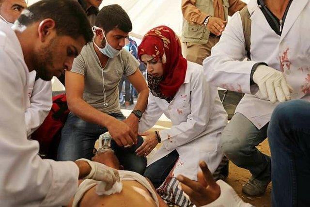 رزان اشرف؛ پرستار معروف نوار غزه که تنها ۲۱ سال سن دارد