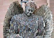 ساخت یک مجسمه اعتراضی با استفاده از صدها چاقو
