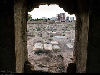 تصاویر عجیبی از یک قبرستان قدیمی در سمنان که زمین آن فرونشست
