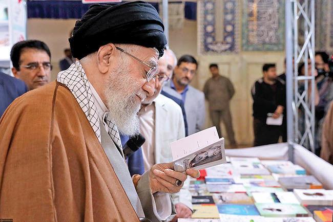گزارشی از حضور رهبر معظم انقلاب در نمایشگاه بینالمللی کتاب
