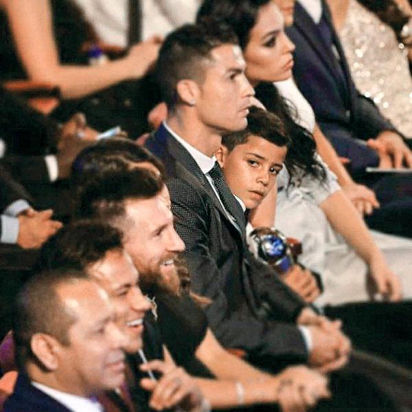 پسر رونالدو، مسی را دید زد