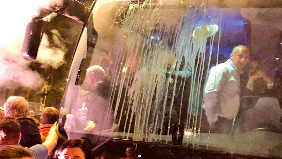 حمله با تخممرغ به اتوبوس یاران رضایی