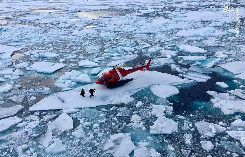 فرود هلیکوپتر بر روی تکههای یخ! +عکس