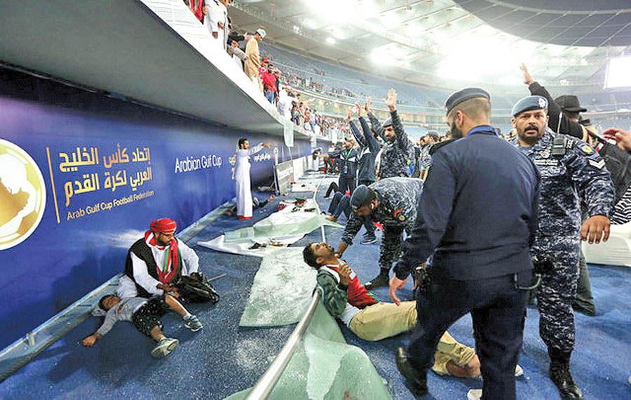 سقوط تماشاگران در یک بازی فوتبال